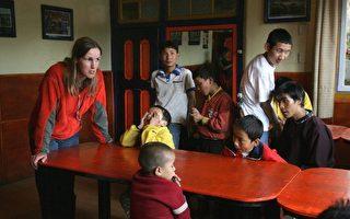2005年8月7日,田贝肯与学生说话。她发明了藏文盲文,还和丈夫在西藏拉萨创建了盲人学校。(AFP PHOTO / Frederic J. BROWN)