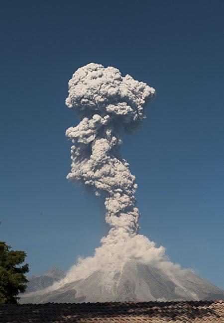 瓜地馬拉的活火山富埃戈火山(Volcano of Fire)當地時間週六(25日)爆發,噴出高達4,500米的火山灰。(AFP PHOTO / Hector Guerrero)