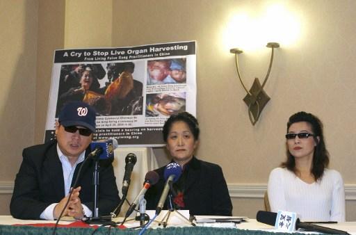 在2006年4月26日在弗吉尼亚州阿灵顿举行的新闻发布会上,中国记者彼得、医学博士王文仪、证实中共当局活摘法轮功学员器官的证人安妮出席。 (AFP PHOTO/Nicholas KAMM)