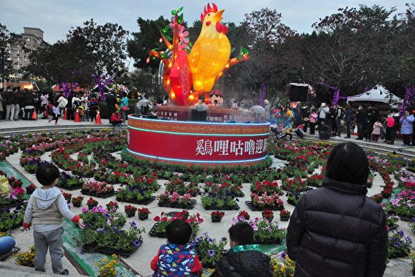 公雞主燈「鷄哩咕嚕迎新春」有4公尺高、並可360度旋轉,每半小時演出一次炫麗的燈光音樂秀。(賴月貴/大紀元)