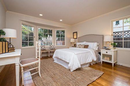 硬木地板的臥室有多面窗戶。(灣區房地產公司DeLeon Realty提供)