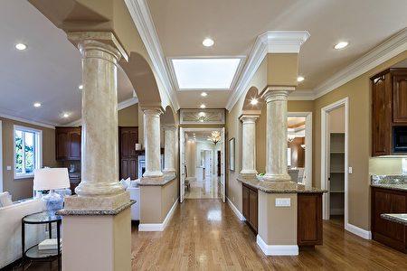 屋內的大理石柱增加氣派氛圍。(灣區房地產公司DeLeon Realty提供)