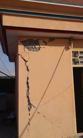 这是水泥混合比例不对,小小的地震就裂开。(朱健冲提供)