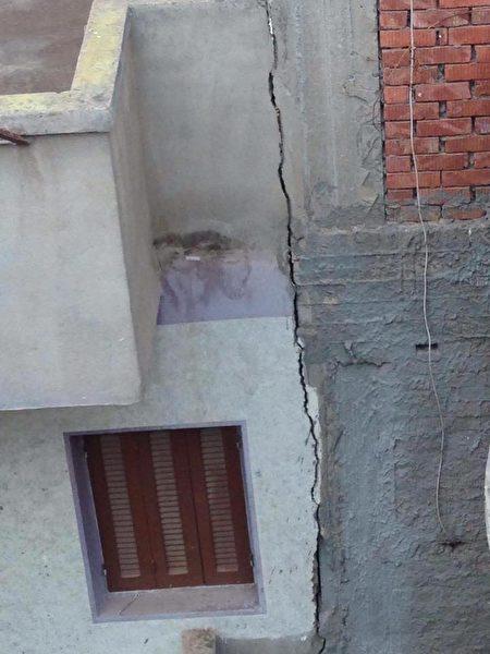 新旧水泥相连的结果,外行人的作品。(朱健冲提供)