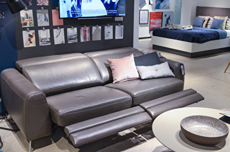 BoConcept的电子操控沙发,坐卧便利。(旧金山家居BoConcept提供)