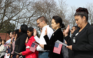 2月22日,51名來自31個國家的移民在華盛頓故居佛農山莊參加了一場特別的入籍儀式。(亦平/大紀元)