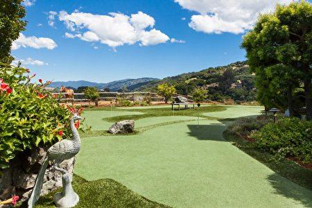 後院是高爾夫練習場與養馬場。(灣區房地產公司Alain Pinel Realtors提供)