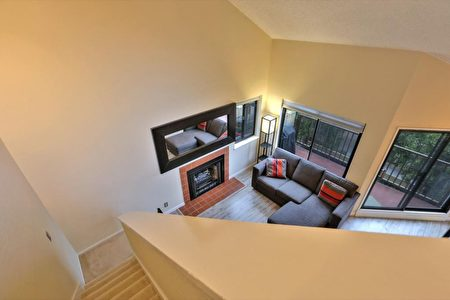 有兩層樓的康斗,樓上是臥室。(灣區房地產公司Alain Pinel Realtors提供)