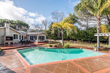 後院泳池帶有燒烤區域。(灣區房地產公司Alain Pinel Realtors提供)