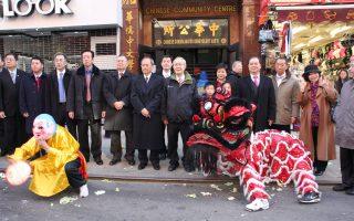 中華公所舉行熱鬧的舞獅及鼓號樂隊歡迎儀式,歡迎吳新興的到訪。 (蔡溶/大紀元)