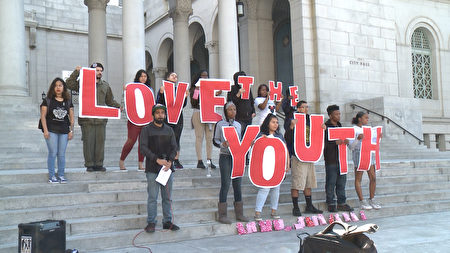 高中生要求政府改變對待青少年問題的立場。(李子文/大紀元)