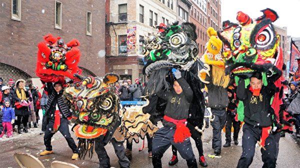 纽英崙中华公所中国新年舞狮贺岁活动现场,各路好手不畏风雪,舞狮献瑞,与华埠居民共庆新春。(贝拉/大纪元)