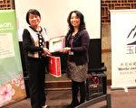 医药工业技术发展中心处长郑钦华(左)致赠台湾医药品联盟礼物给新英格兰玉山科协会长许翠玲。(玉山科协提供)