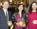 (左起)塔芙茨医疗中心总裁Mike Wagner、曾雪清和华埠昆士小学校长司徒玉英同庆新年。(廖述祥/大纪元)