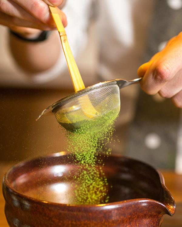 在Ippodo 茶館中篩抹茶粉。(Benjamin Chasteen/大紀元)