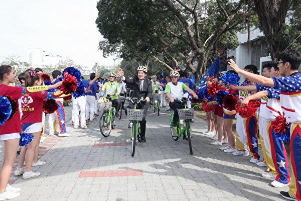 嘉药校长陈铭田(右)陪同市长赖清德(中)及来宾一起骑乘T-Bike巡礼校园。(嘉药提供)