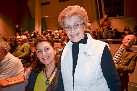 企業管理專家Diane Kubal 女士和婆婆觀看了2月7日晚在州長州立大學表演藝術中心(Center for the Performing Arts)的神韻演出。(海倫/大紀元)