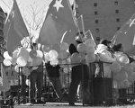 在法拉盛新年遊行上,親共團體違反主辦方的規定,在花車上打出五星血旗、並有攻擊法輪功的標語,破壞遊行,令社區憤怒。(大紀元資料圖片)