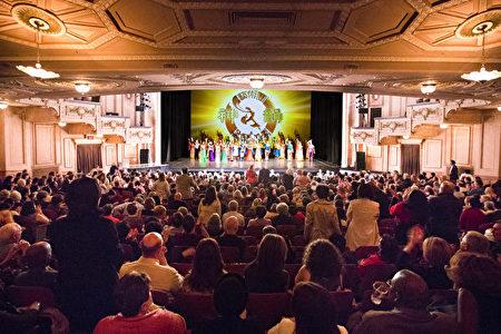 2014年4月26日周六下午和晚上,神韵艺术团在美国费城玛丽安剧院的两场演出满场,现场观众一次又一次地用阵阵热烈的掌声向神韵艺术家们表达崇敬之情,感谢他们将殊胜的五千年传统中国文化和敬神信佛的人类普世价值观带给了费城民众。(爱德华/大纪元)