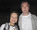 """以弘扬中华传统文化为宗旨的神韵国际艺术团于2月22日下午在费城的玛丽安剧院进行了第6场演出。 Jackie Hunter女士与先生Zsolt Hunter看完演出后表示,""""或许在生命旅程中,我们都曾经与中国有缘。""""(童云/大纪元)"""