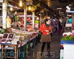 民眾在果菜市場購買水果。(陳柏州/大紀元)