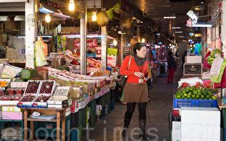 民众在果菜市场购买水果。(陈柏州/大纪元)