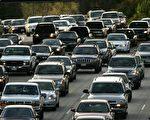 美国环境保护署于2013年3月29日表示,为了减少污染环境的汽车排放废气,计划于2017年开始实施汽车使用低硫化燃料的法规。图为美国洛杉矶市101号高速公路上,下班时段的交通巅峰车流。(摄影:David McNew/Getty Images)