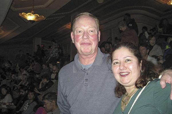 企业高管Jim O'Neill和他的太太Mary Lisa表示神韵演出很能打动他们的心。(童云/ 大纪元)