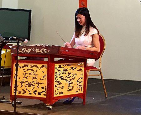年轻新一代袁灏婷,为观众带来扬琴表演.。(文沁/大纪元)