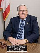 """俄州肯特(Kent)市市长Jerry T. Fiala在褒奖中说:""""我希望我们社区的民众,以及全世界民众,都来支持俄州法轮大法学会及神韵艺术团,将古老中华文化的神奇带给全球成千上万观众而做出的努力。""""(政府网站)"""