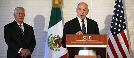 美国国务卿蒂勒森(左)和国土安全部部长凯利(右)在墨西哥城出席记者会。(AFP)