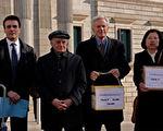 從右至左:DAFOH 代表律師卡洛斯∙ 伊格萊西亞斯,加拿大人權律師大衛·麥塔斯,獨立調查員大衛·喬高及中共酷刑受害者Chris Zhao 女士,2017年2月20日於西班牙馬德里。(圖片來源:大紀元)