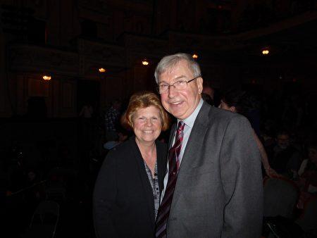 Swisco公司副總裁Paul Pallas及妻子非常欣賞神韻藝術家的精湛藝術。(良克霖/大紀元)