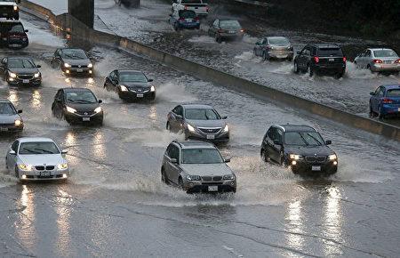 本週南加地區將連續遭遇兩輪降雨系統襲擊。(Justin Sullivan/Getty Images)