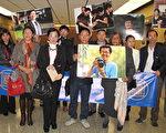 纪欣然家属的律师蔡玟慧(前排左二)和美国内蒙古总商会会长于中霞(前排左一)在2016年一次法庭听证会后敦促华人继续关注此案。(刘菲/大纪元)