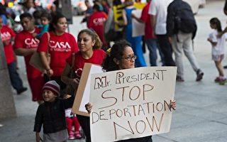 美国媒体说,川普政府或优先驱逐多达800万非法移民。图为2014年10月2日,示威者在美国国会前游行,呼吁停止驱逐非法移民。(SAUL LOEB/AFP/Getty Images)