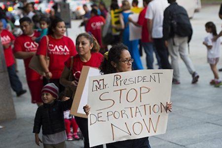 美國媒體說,川普政府或優先驅逐多達800萬非法移民。圖為2014年10月2日,示威者在美國國會前遊行,呼籲停止驅逐非法移民。(SAUL LOEB/AFP/Getty Images)