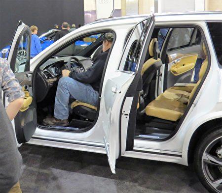 Volvo XC90多功能SUV里面空间很大,让人坐上去很舒服。(童云/大纪元)