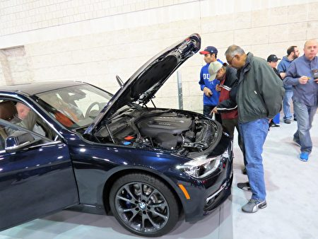 外行看热闹,内行看门道。300马力的BMW 340i发动机确有独到之处。(童云/大纪元)