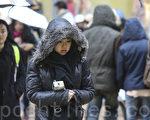 極端寒流襲擊全球,24日,香港也遭遇59年以來最低溫度,市區最低更錄得3.1°C低溫,為自1884年有記錄以來第三低溫年份。(余鋼/大紀元)