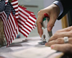 美國總統川普(特朗普)行政團隊1月底草擬3項與外國人在美國生活或工作有關的行政令,其中之一和H-1B非移民工作簽證有關。對此,H-1B受益最多的中國人及印度人看法不同。(John Moore/Getty Images)