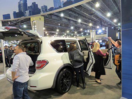 四轮驱动的2017 Nissan Armada能坐8人,是家庭主妇们的理想选择之一。(童云/大纪元)