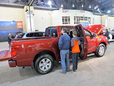 Nissan Titan小型运货卡车取名于古希腊神州的大力神泰坦,比2016的款式比有很大的改进。(童云/大纪元)