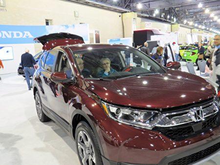 Honda CR-V出入方便,是老年人喜欢的原因之一。(童云/大纪元)
