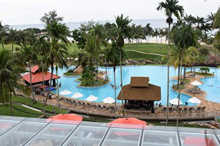 民丹岛礁湖度假村有两个不小的室外游泳池。(孙明国/大纪元)
