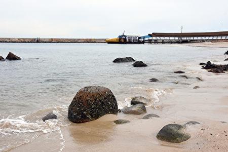 民丹岛礁湖度假村还有一条1.5公里的黄金海滩。前边是轮渡停泊的码头。(孙明国/大纪元)