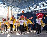 1月29日,圣地亚哥中华学苑举办29周年校庆暨中国新年庆祝。图为学生们用自制的舞狮表演祥狮献瑞。(杨婕/大纪元)