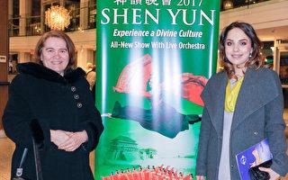 2017年1月31日晚,Silvia George(右)陪母亲观看了神韵巡回艺术团在加拿大温哥华市中心的伊利莎白女皇剧院(Queen Elizabeth Theatre)的最后一场演出。(陈怡然/大纪元)