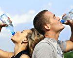 年節大吃大喝,想挽救直線上升的體重,第一步就是多喝水。董氏基金會營養師表示,白開水沒有熱量,還可以維持正常代謝、排除廢物,建議早起、飯前喝水最好。(Pixabay)