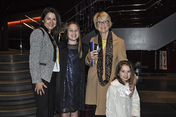 医师Kristi Immitt(左一)与母亲(右二)和两个女儿观赏神韵后表示,神韵传达了神的讯息。(乐原/大纪元)